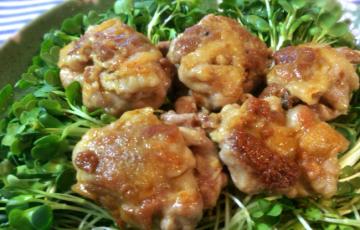 甘酸っぱさの美味体験。カリッと黒酢豚こま団子とカイワレサラダ(糖質10.1g)