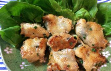 徹底してカリッと。肉汁滴るゆず胡椒鶏皮ぎょうざ(糖質9.1g)