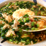 落とし卵がベリーマッチ。辛さと旨さの豆板醤チキン小ネギ雑炊(糖質7.4g)