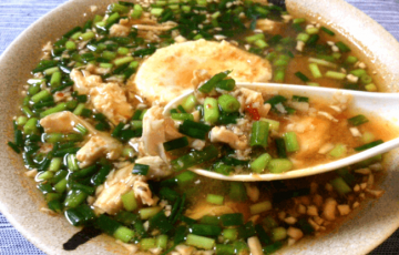 落とし卵最高。辛さと旨さの豆板醤チキン小ネギ雑炊(糖質8.6g)