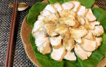 しなる滑らかさ。常備するならジップロックステーキ鶏ハム。(糖質5.4g)