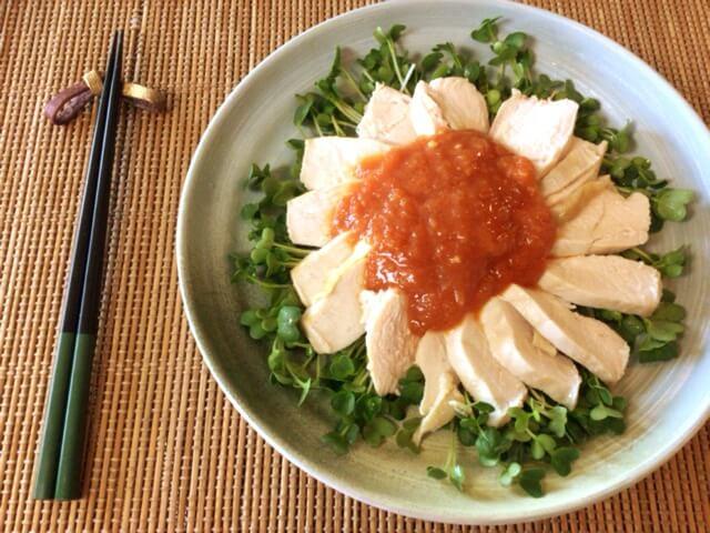 肉汁封印。柔らか水漬け鶏むねのトマトジンジャーソース(糖質5.4g)