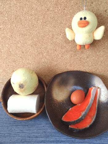 カツオ叩き風の鮭玉葱黄身梅おろし