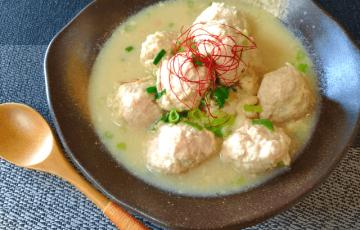 今宵は鶏三昧。豆乳味噌白湯の激盛りふんわり鶏つみれ汁(糖質8.1g)