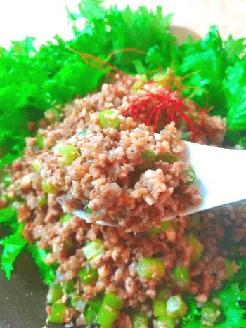 最高サラダ巻き。主食に美味しいピリ辛蒟蒻の豚茸醤油そぼろ(糖質4.0g)