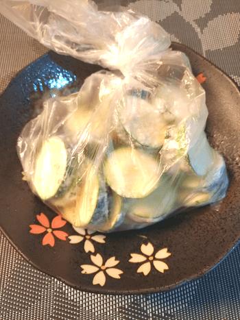 飲み会無双。ガーリックカレーのトロ旨薄ズッキーニピカタ(糖質8.0g)