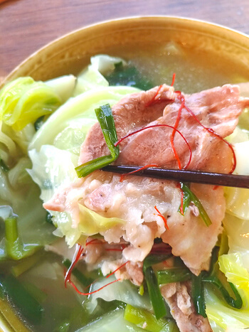 裏切らぬ旨さ!キャベツ激甘の低カロ鶏白出汁豚バラ鍋(糖質8.9g)