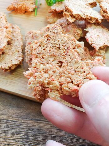 レンジ7分。音鳴り響く激サクオートミールチーズ海老煎餅(糖質12.6g)