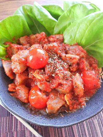 味わい二階級制覇。旨味濃密な簡単トマトバジル海鮮蒟蒻(糖質9.0g)