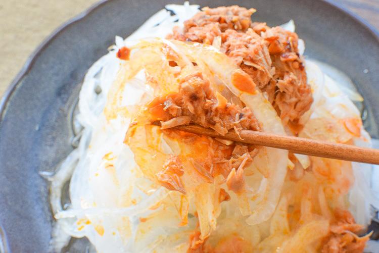 一個でデカ盛り!新玉丸ごと速攻甘辛麺つゆツナサラダ(糖質9.9g)